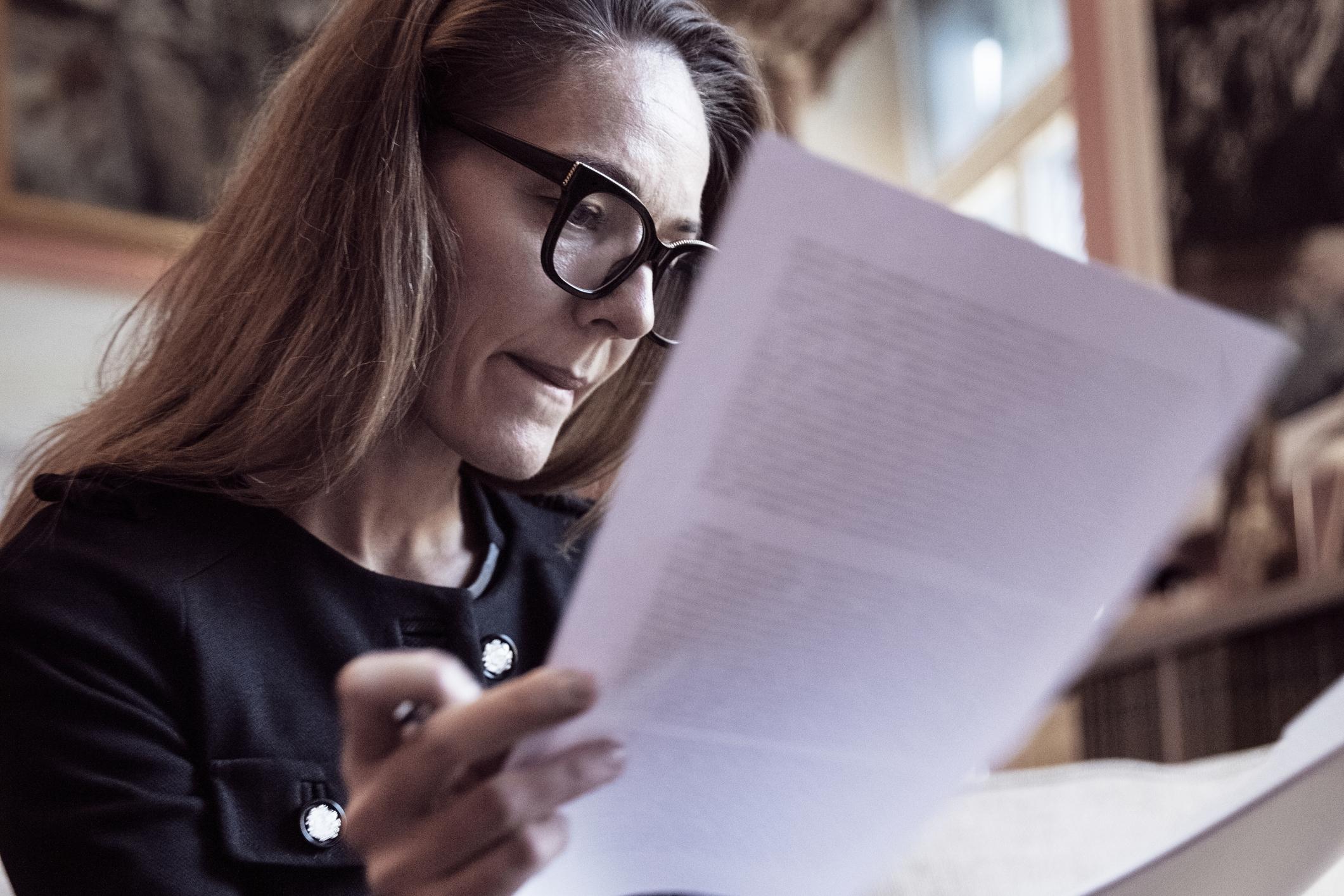 kobieta czytająca dokumenty
